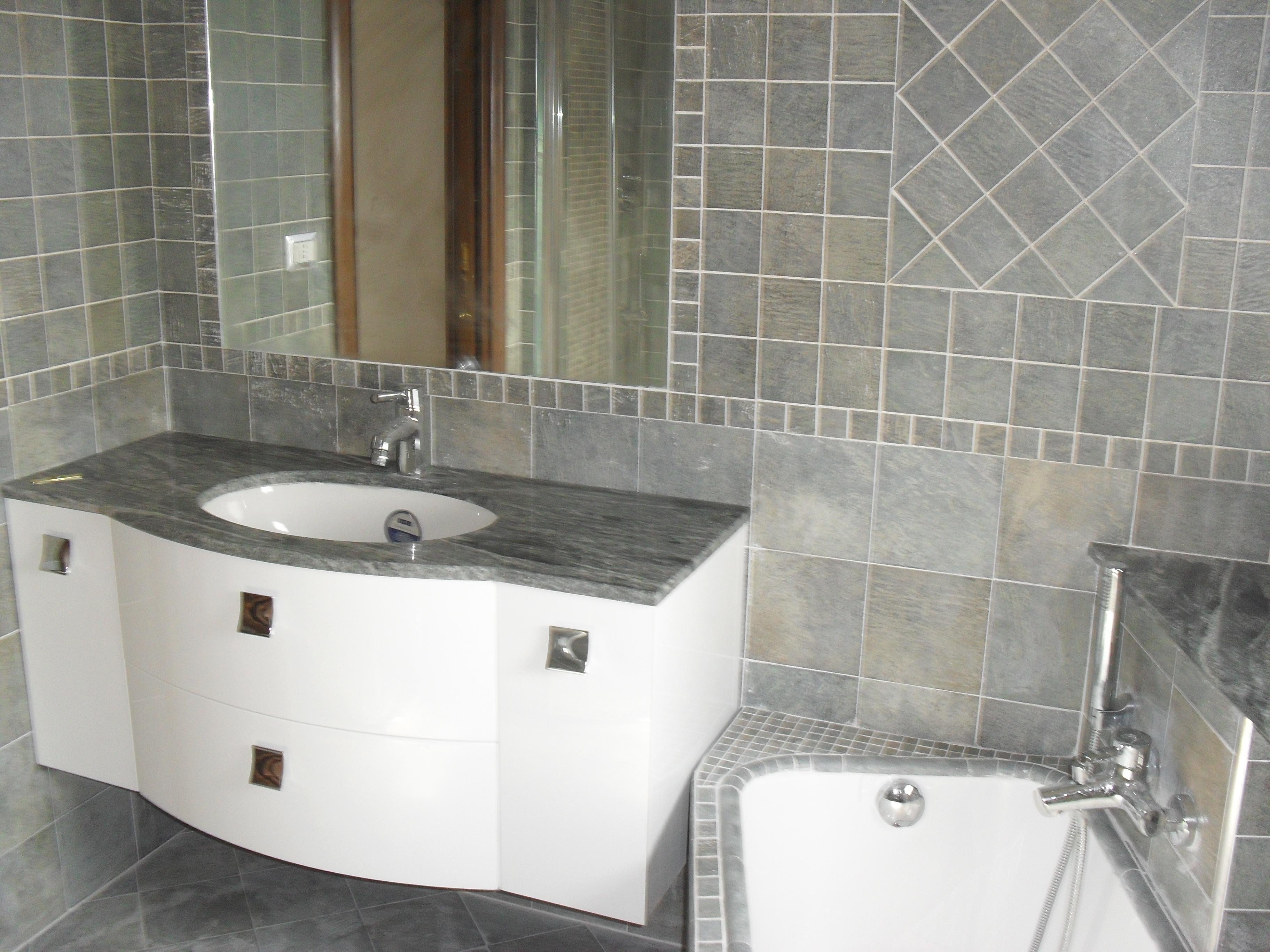 Bagno effetto finto pietra ristruttura e arreda agostino for Piastrelle bagno pietra